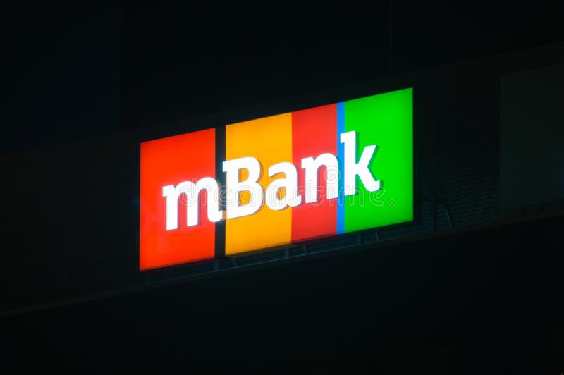 Знак и логотип MBank на ноче mBank ` s Польши четвёртая по величине всеобщая группа банка стоковая фотография rf