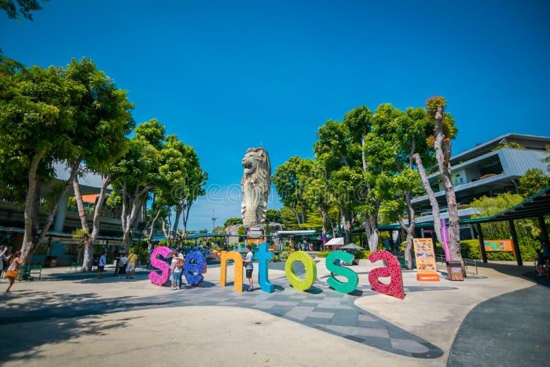 Знак и статуя Merlion, голова льва и тело рыбы символ в острове Sentosa в Сингапуре стоковое изображение