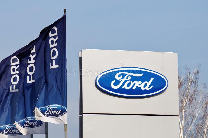 Знак и флаги Форда около продавать и пункта обслуживания Форда стоковое изображение rf
