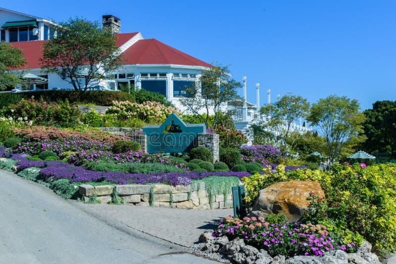 Знак и цветочные сады курорта пункта миссии на острове Mackinac стоковые изображения