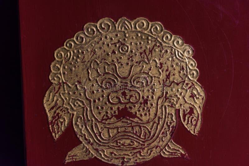 Знак китайского льва на двери стоковые изображения rf
