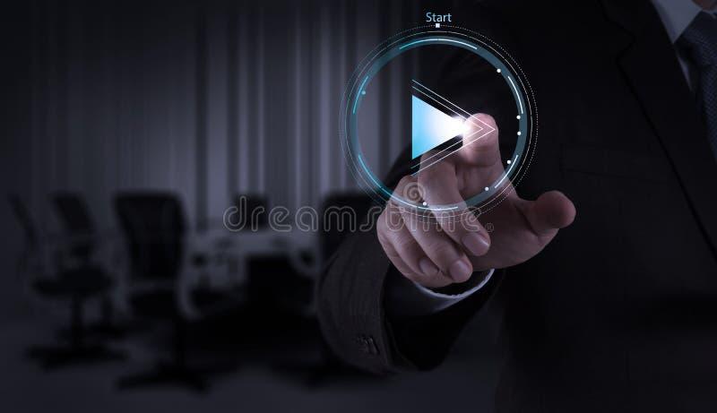 Знак кнопки игры прессы руки бизнесмена начать стоковое изображение rf