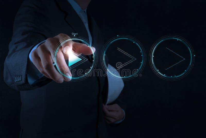 Знак кнопки игры прессы руки бизнесмена начать стоковые изображения