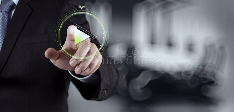 Знак кнопки игры прессы руки бизнесмена стоковая фотография