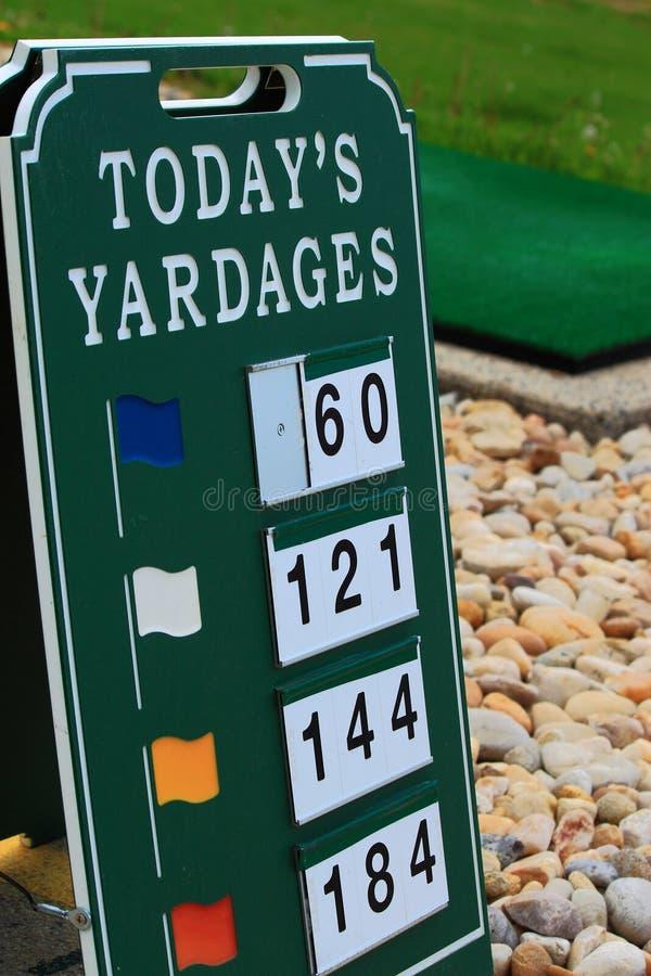 Знак количества в ярдах тренировочной площадки гольфа стоковое изображение rf