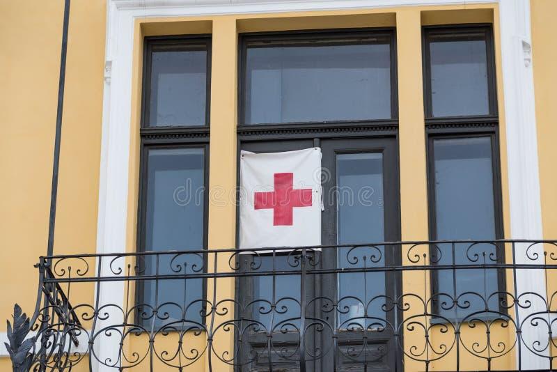 Знак Красного Креста на residentual балконе дома стоковые фотографии rf