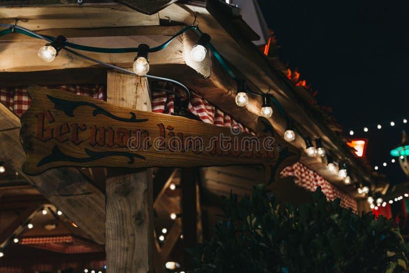 Знак к немецкой деревне на рождестве страны чудес зимы справедливом, Лондону, Великобритании стоковое изображение rf