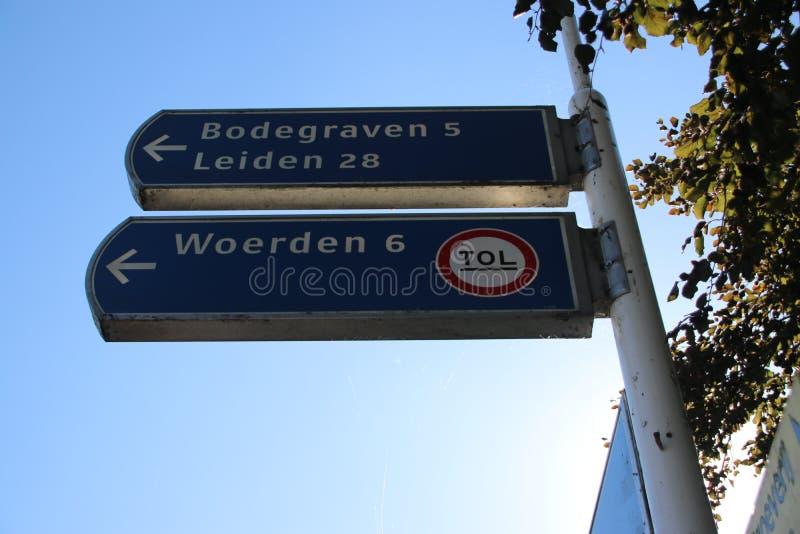 Знак к платному мосту на вертепе Rijn nieuwerbrug aan над рекой старым Рейном где корабли и автомобили должны оплатить стоковые фото
