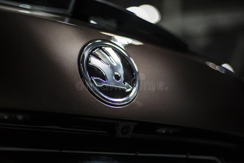 Знак логотипа эмблемы skoda бренда Минска, Беларуси мая 2018 на автомобиле во время autoexhibition на kodiaq skoda стоковое изображение