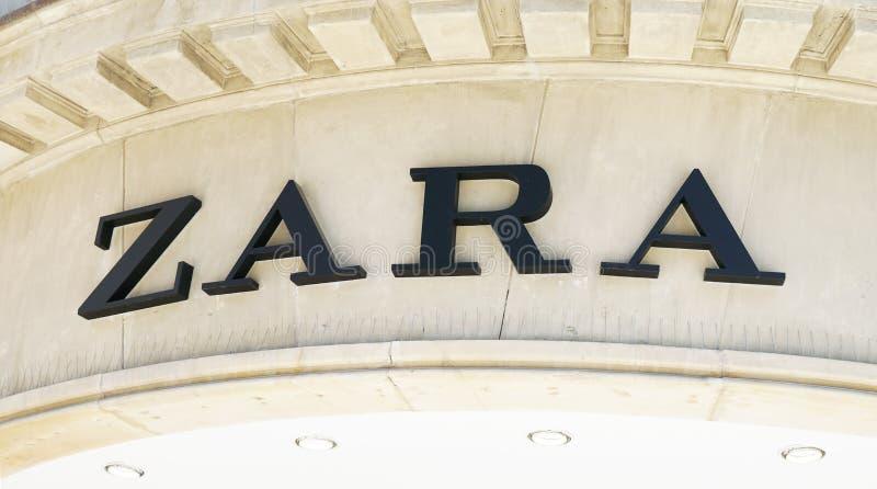 Знак логотипа Zara на фасаде стоковое изображение rf