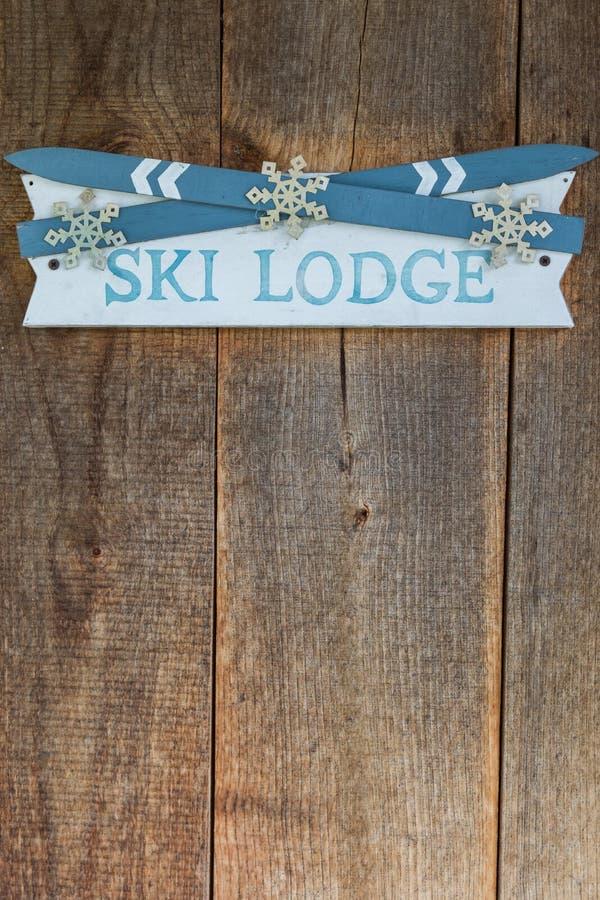 Знак ложи лыжи на деревенской древесине стоковая фотография rf