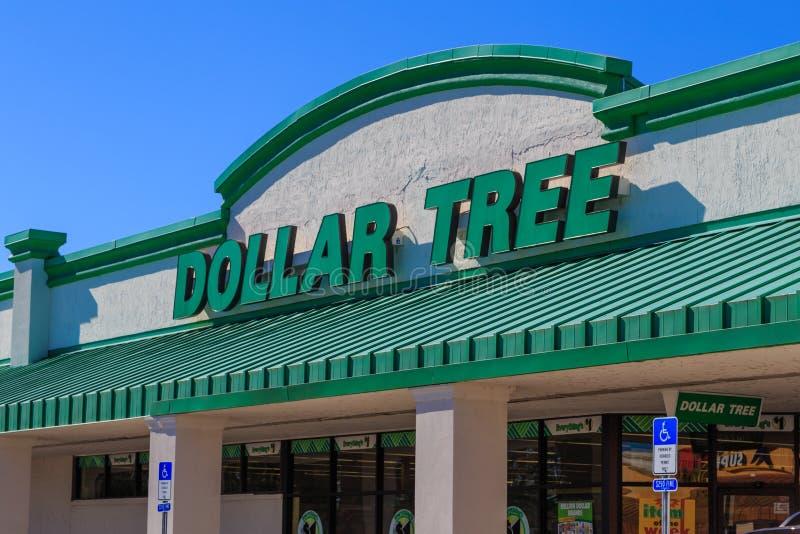 Знак магазина уцененных товаров дерева доллара стоковые фотографии rf