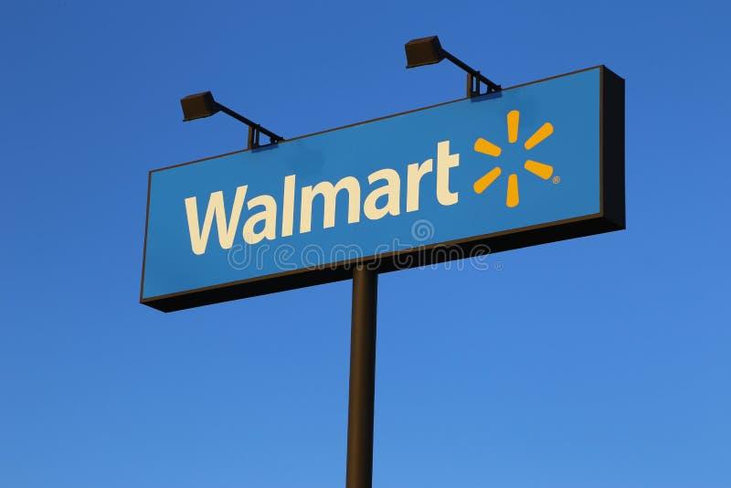 Знак магазина Walmart на голубом небе стоковые изображения