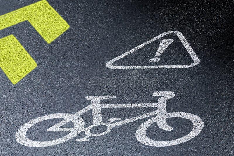 Знак майны велосипеда на дороге асфальта Концепция велосипед безопасности и активного образа жизни взгляд перспективы 3D на night стоковое изображение rf