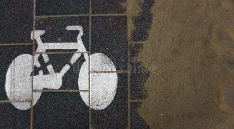 Знак майны велосипеда и песок пляжа стоковая фотография rf
