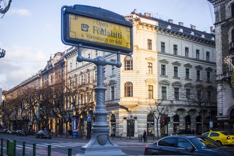 Знак метро перед оперой Будапешта стоковое изображение rf