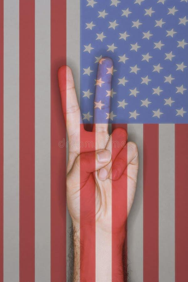 Знак мира над флагом США стоковое фото rf