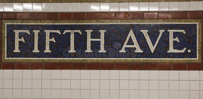 Знак мозаики на станции метро Пятого авеню в Манхаттане стоковые фотографии rf