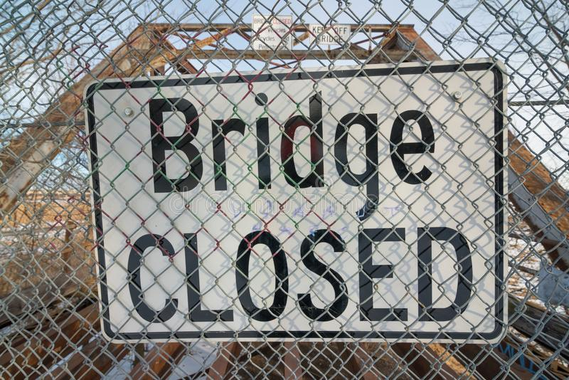 Знак моста закрытый перед разрушанным мостом стоковые фотографии rf