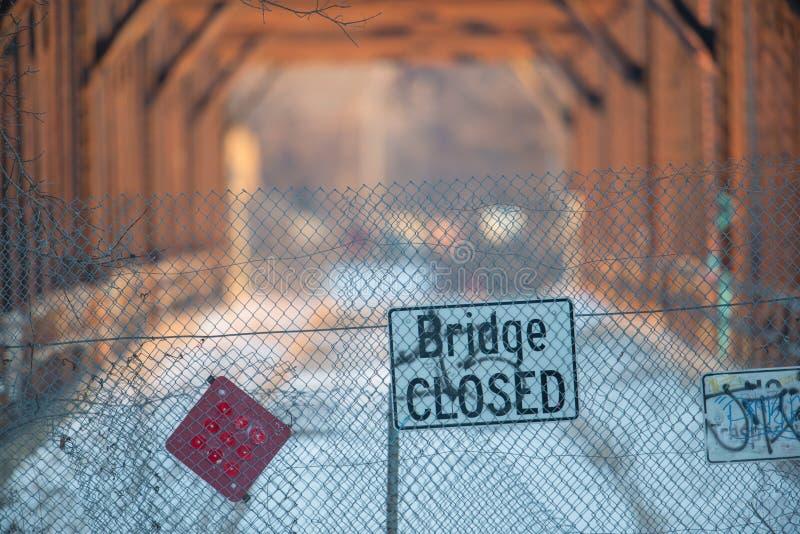 Знак моста закрытый перед разрушанным мостом стоковые изображения rf