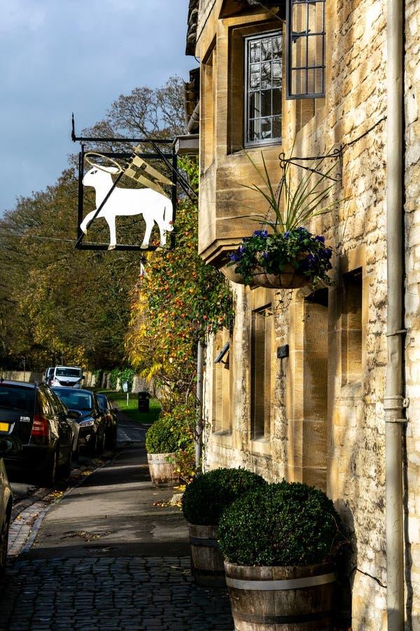 Знак над гостиницой овечки, улица овец, Burford в осени стоковое изображение rf