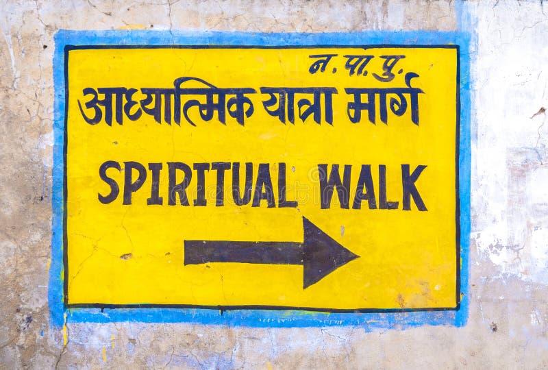 Знак направления к духовной прогулке в Pushkar стоковые изображения rf