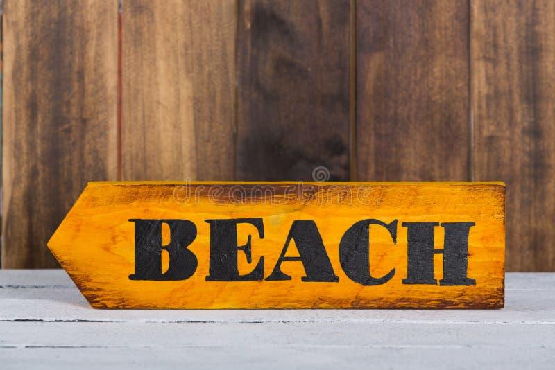 Знак направления с пляжем стоковые изображения