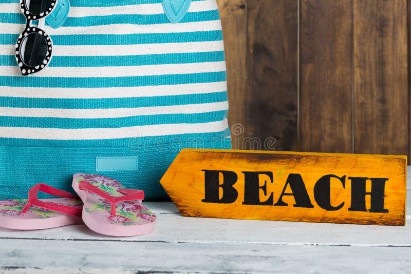 Знак направления с пляжем стоковая фотография