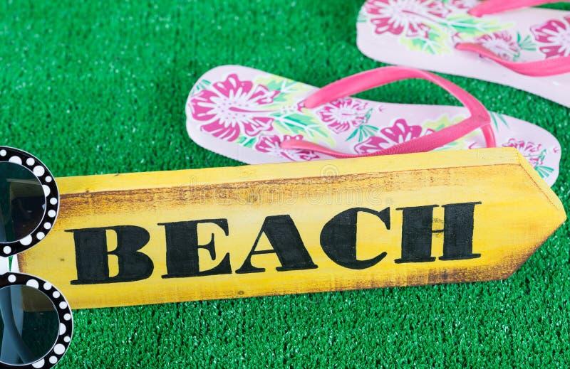 Знак направления с пляжем стоковые изображения rf