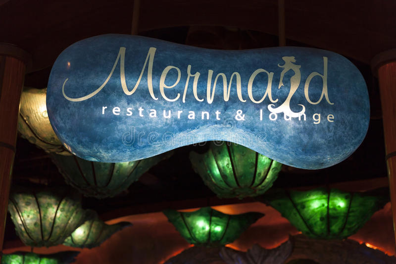 Знак на гостинице Silverton в Лас-Вегас, NV салона русалок дальше стоковые фотографии rf