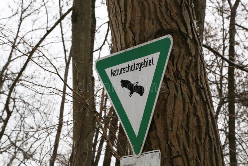 Знак на дереве: заповедник стоковая фотография rf