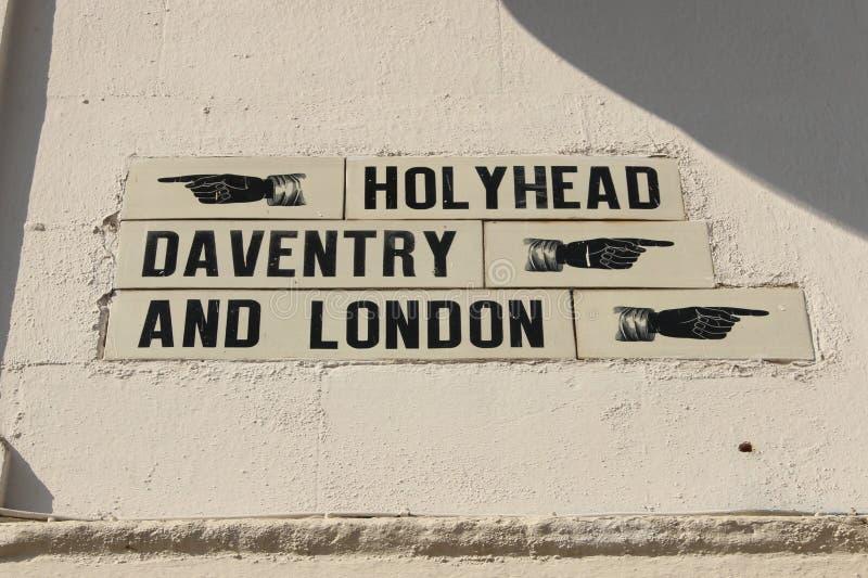 Знак на исторической улице A5 или Watling давая расстояния к ключевым ориентир ориентирам стоковое изображение