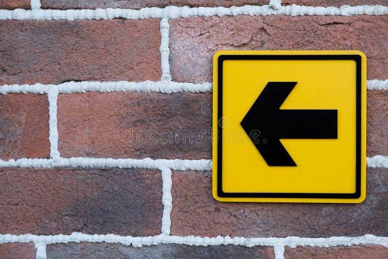 Знак на кирпичной стене стоковое изображение