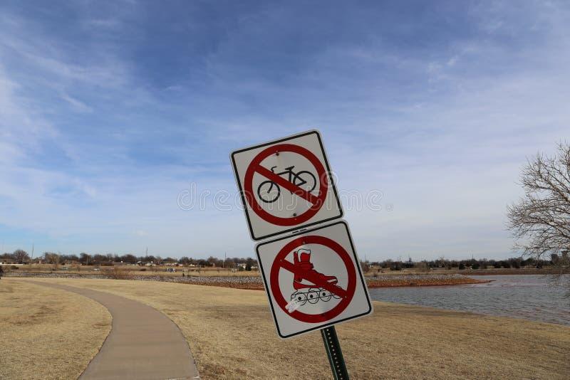Знак на парке стоковое фото