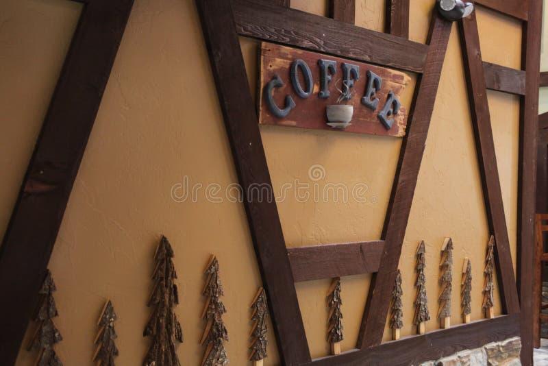 """Знак на стене """"говоря кофе """" стоковая фотография rf"""