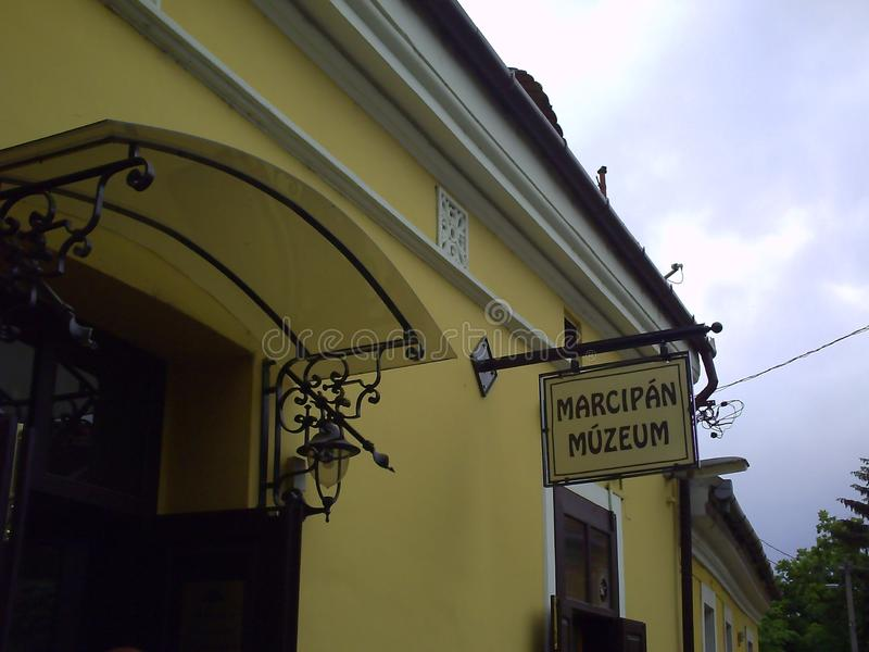 Знак на фасаде музея марципана в Szentendre стоковые фото