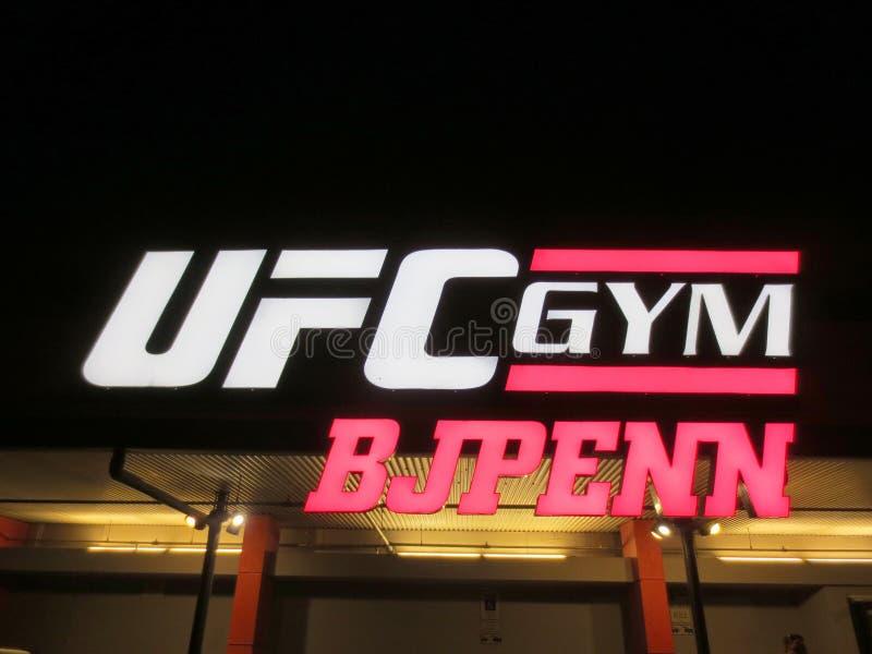 Знак на экстерьере спортзала BJ Пенн UFC вечером стоковое фото