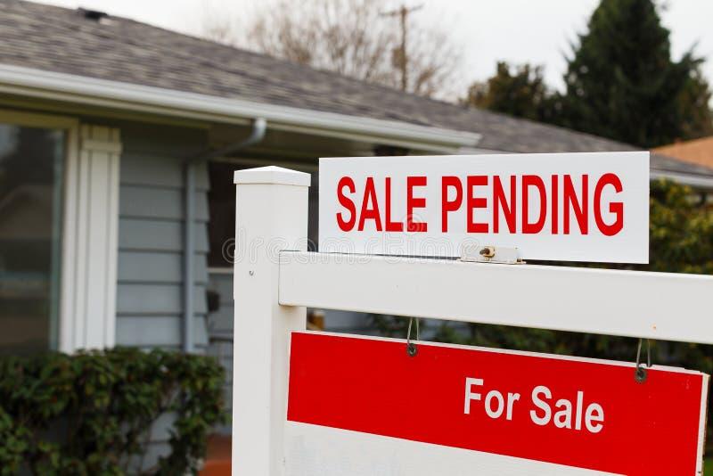 Знак недвижимости продажи ожидающий решения стоковые изображения