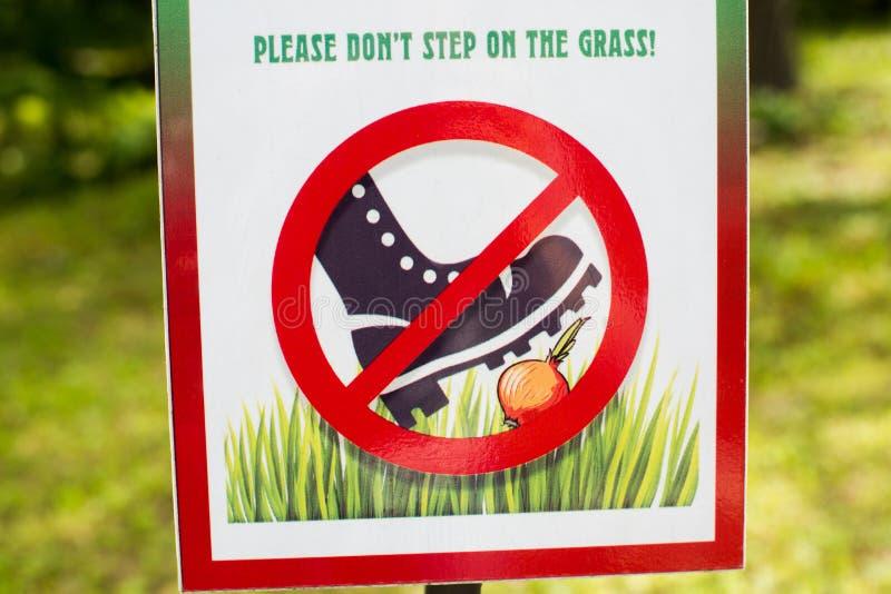 Знак. Не ходи на траву стоковое фото