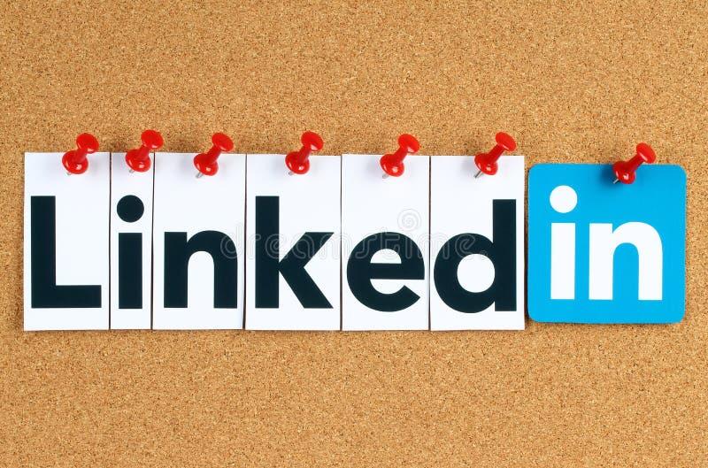 Знак логотипа Linkedin напечатанный на бумаге, отрезанный и прикалыванный на доске объявлений пробочки стоковое фото rf