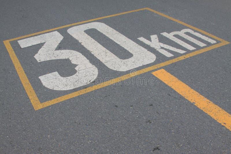 Знак 30 ограничения в скорости стоковые фото