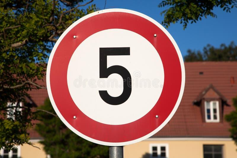 Знак 5 ограничения в скорости стоковое фото rf