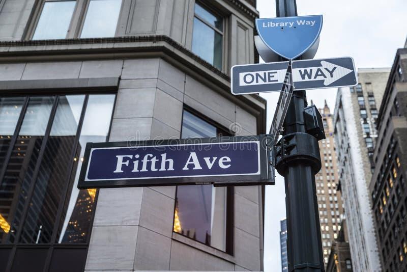 Знак 5-ой Пятого авеню бульвара в Манхэттене, Нью-Йорке, США стоковые фото