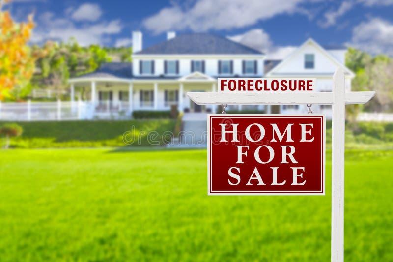 Знак дома лишения права выкупа для продажи перед большим домом стоковые фотографии rf