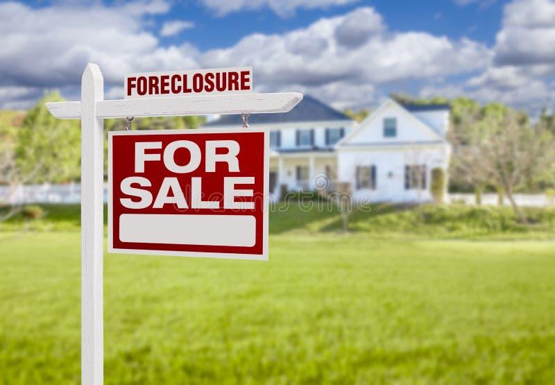 Знак дома лишения права выкупа для продажи перед большим домом стоковые изображения