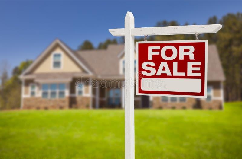 Знак дома для продажи перед новым домом стоковая фотография rf