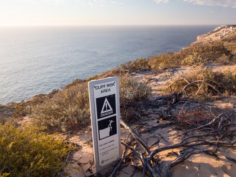 Знак опасности зоны риска скалы вдоль скал океана в национальном парке Kalbarri стоковое фото