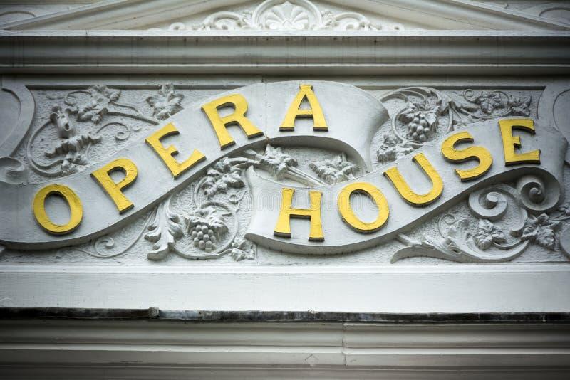 Знак оперного театра золотой на классическом экстерьере здания стоковое изображение rf