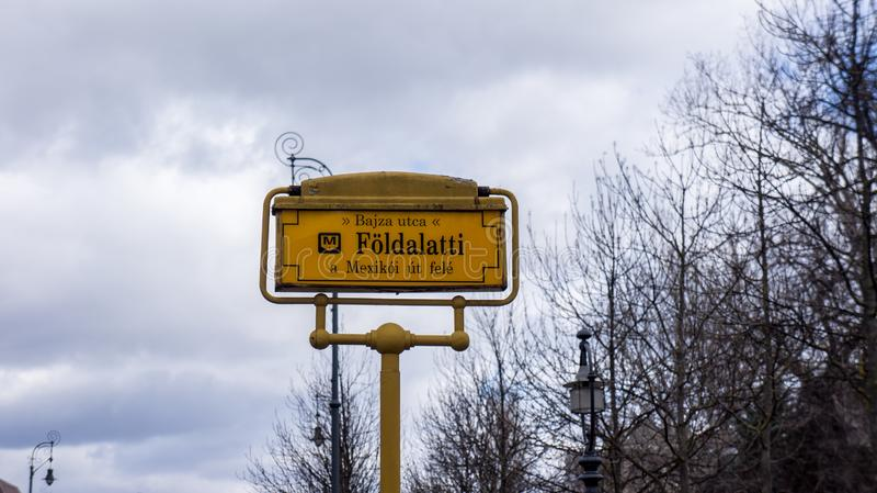 Знак остановки метро линии m1 метро в Будапеште стоковое фото