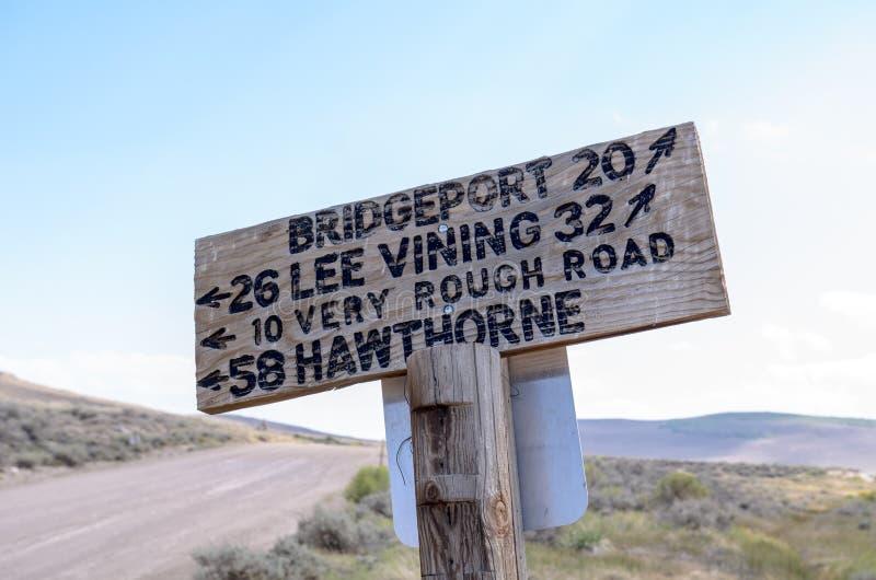 Знак от дороги город-привидения Bodie, давая водителям направления местным городкам Ли Vining, Hawthorne и Бриджпорт Калифорния стоковое изображение rf